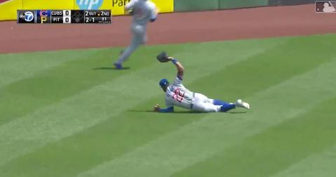 Chicago Cubs center fielder Jason Heyward left his feet in order to pull off an incredible diving catch.