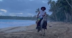 WATCH: Willson Contreras the Cowboy riding a horse majestically