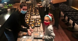 Anthony Rizzo Foundation donates 200 Thanksgiving meals to families