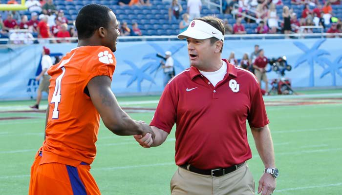 Bob Stoops visits with Deshaun Watson before the game.