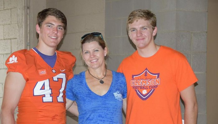 Alex Spence (L) and Austin Spence (R) pose with their mother