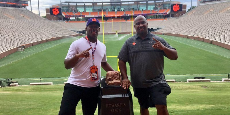 Sorrells poses with defensive line coach Todd Bates. (Photo courtesy of Jaquaze Sorrells Twitter)