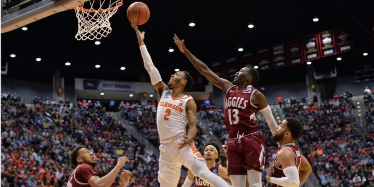 Reed drives against New Mexico St. (Photo by Jake Roth, USAT)