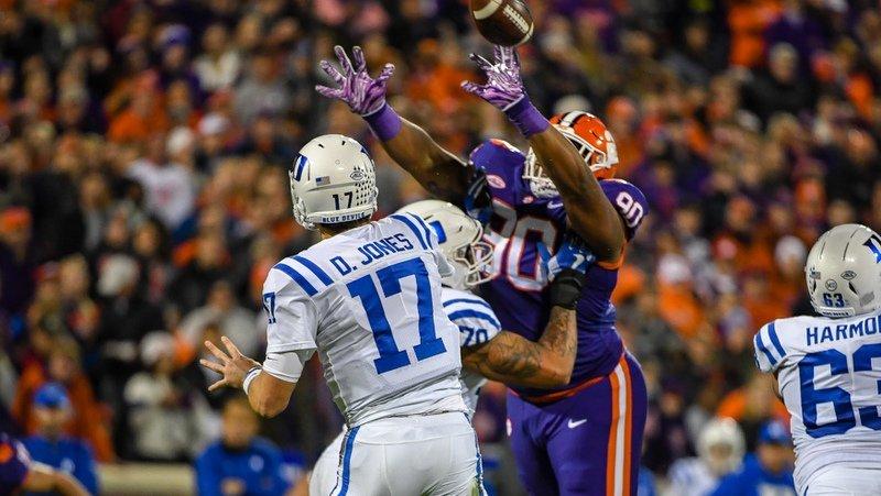 Dexter Lawrence bats down a Daniel Jones pass