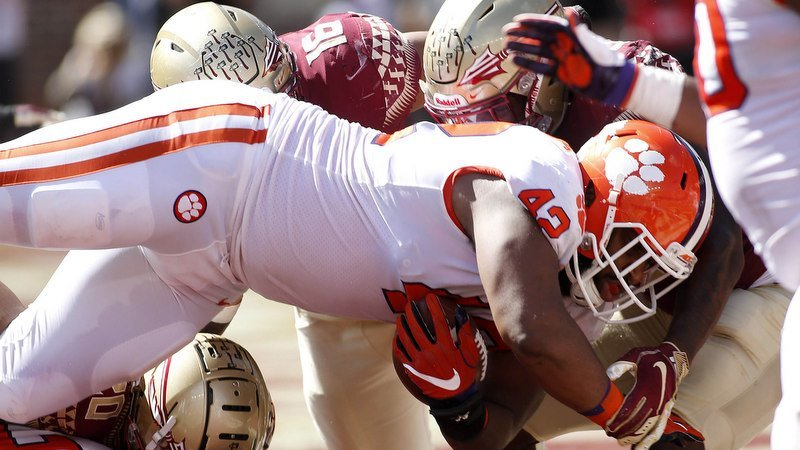 Christian Wilkins scores a second-half touchdown (Photo by Melina Myers, USAT)