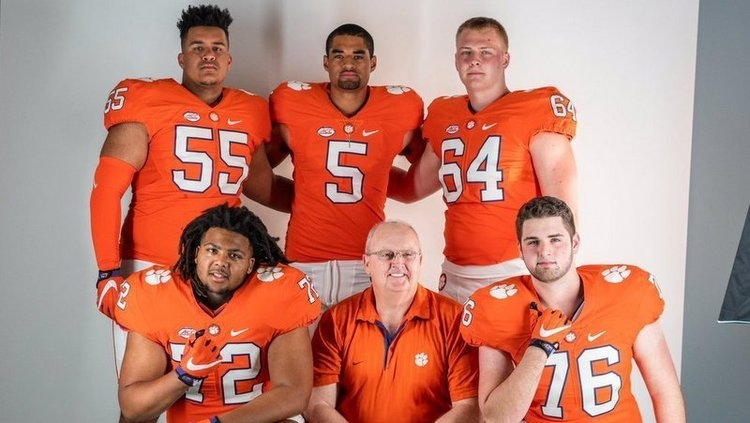 Mayes, bottom left corner, poses with his fellow line commits and Uiagalelei