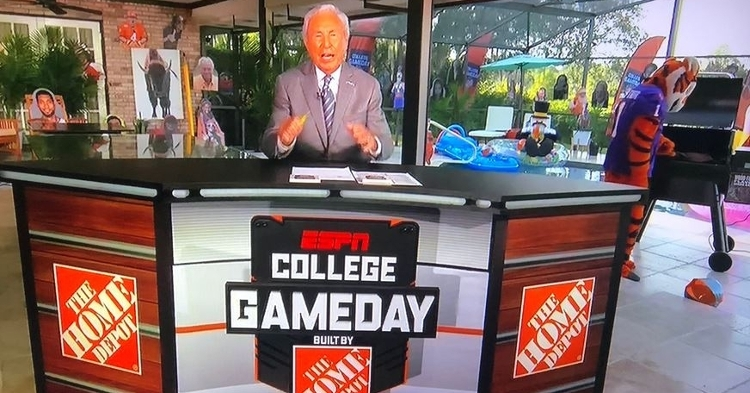 Corso hanging out with the Tiger on his patio (courtesy Tareefknockout Twitter)